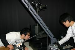日本刀を計測する学生