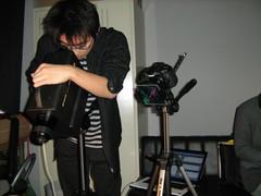 日本刀表面の光の反射の様子を調べている学生