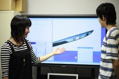日本刀の再現CGを大型のプラズマディスプレイでチェック