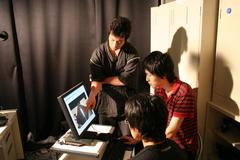 コンピュータで日本刀表面の反射を分析している様子