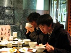 牛タンを食べる学生