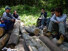 里山の現状と森林管理の重要性を熊崎さんから聞く