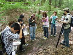 野鳥の森で繁殖するシジュウカラの説明を聞く