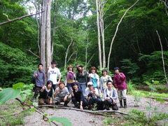クマの棲む森をバックに集合写真
