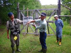 8月28日 森の番人に知床の林の歴史を説明してもらう