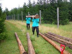 8月28日 シカ柵の杭を運ぶ