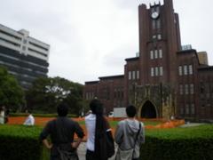 安田講堂前にたたずむ発表者たち