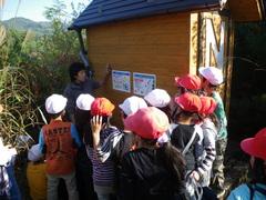 柳貴洋さんは、バイオトイレで人間の排泄物が分解されるしくみを説明しました。
