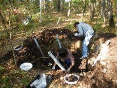堆肥場の中でカブトムシの幼虫を探すようす