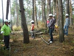 講師の手塚さんに森林整備の流れを説明いただく