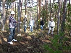 倒木の撤去と低木の刈り取りが終わり、ひと休み。