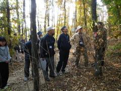 樹皮を360°剥いでも枯れなかったクヌギの木を説明する美齊津裕太さん