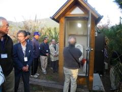 バイオトイレの見学。人間が排泄する「し尿」の分解を学ぶための教材です。