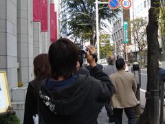 松本市街でビデオカメラを回すゼミの学生