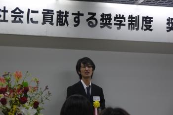 授与式でスピーチをする高野さん