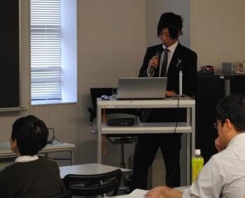 研究成果を発表する山本遼太郎さん(企業情報学部 2年生)