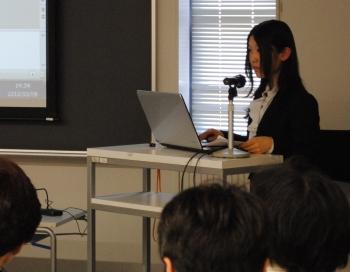 研究成果を発表する岩崎央華さん(企業情報学部 2年生)