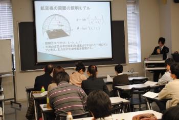 研究成果を発表する山本さん(企業情報学部2年)