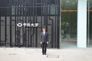 発表会場の前で(松田さん)