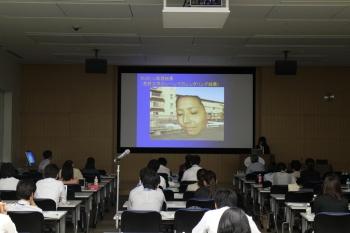 北澤紗英さん(企業情報学部2年生)の発表の様子