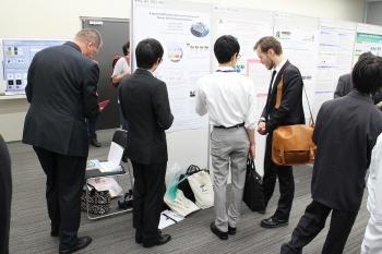 国際会議で発表する学生