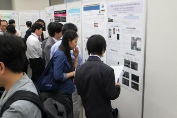 研究成果を発表する学生