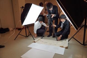 古文書を計測する学生