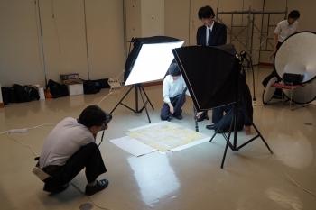 新聞社の取材を受ける本学学生