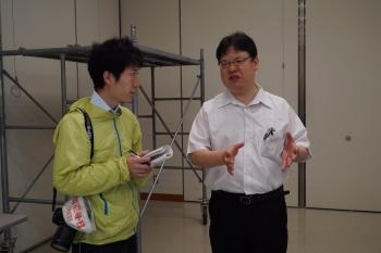 新聞社の取材を受ける田中教授