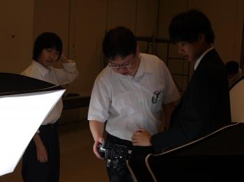 計測作業をする田中教授と学生