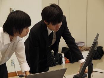 PCでデータのチェックをする学生