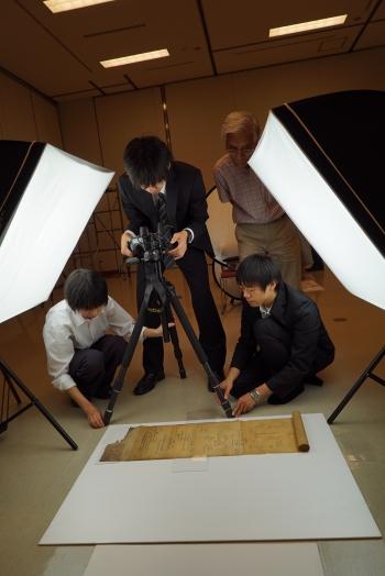 古文書を計測する本学学生と牧野氏(小諸FC会長)