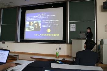 研究成果を発表する兼子さん(企業情報学部 2年生)
