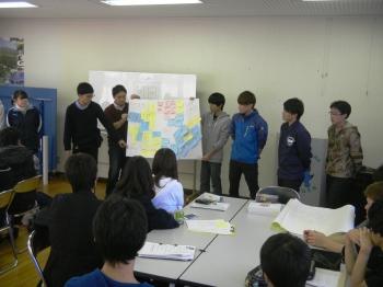 ワークショップ後の発表会:1日で様々な経験をした学生たちは、整理しきれないながらも、感じたこと共有し、発表しました