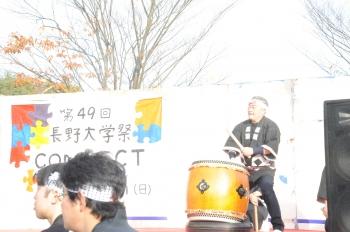 学生による和太鼓演奏には学長も参加しています