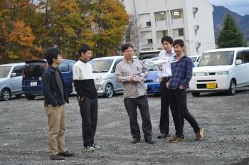 ドローンを操縦する田中教授