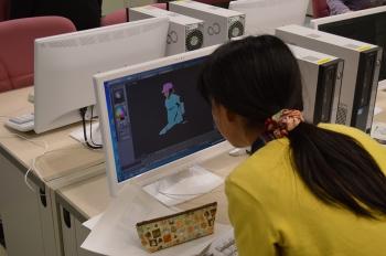 熱心にCGを制作する塩田西小学校児童