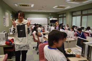 CG体験授業で小学生に指導をしている本学学生