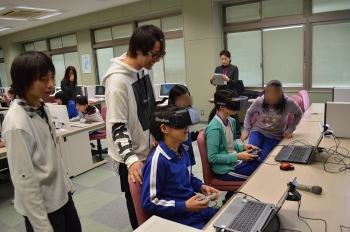 3D眼鏡を用いた没入空間システムを体験する児童たち