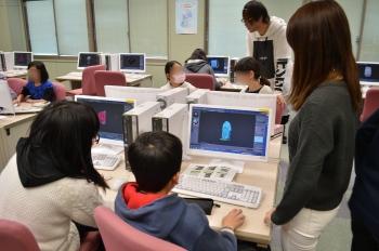 CG制作体験をする児童と指導をする本学学生