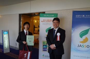 受賞した企業情報学部3年 櫻井千寛さん(左)と指導教授の田中法博教授(右)