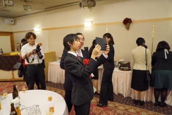 祝賀会で研究成果を説明する櫻井さん