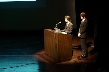 自分たちのアプリを発表する櫻井さんと菊原さん