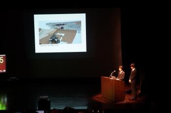 小諸城の体験アプリを説明する櫻井さんと菊原さん