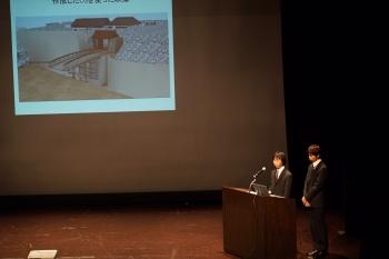 審査員からの質問に答える櫻井さんと菊原さん