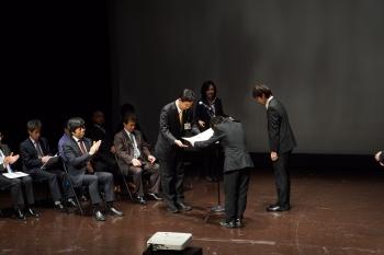 表彰状を受け取る本学学生