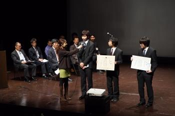 受賞インタビューに答える菊原さん