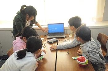 3Dスキャナの使用方法の説明を受ける児童