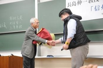 受講生から花束贈呈の様子