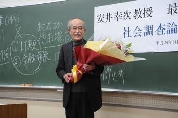 挨拶をする安井教授